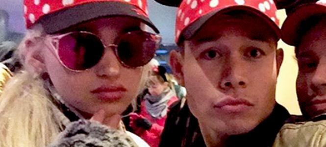 Dove Cameron passa virada de ano com amigos na Disneylândia