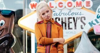 Dove Cameron conversa com fãs sobre lançamento de seu primeiro single