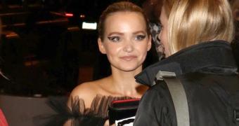 Dove Cameron é clicada chegando ao evento da Teen Vogue; veja fotos