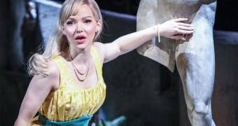 """Dove Cameron apresenta o musical """"The Light in the Piazza"""" em Londres; veja fotos"""